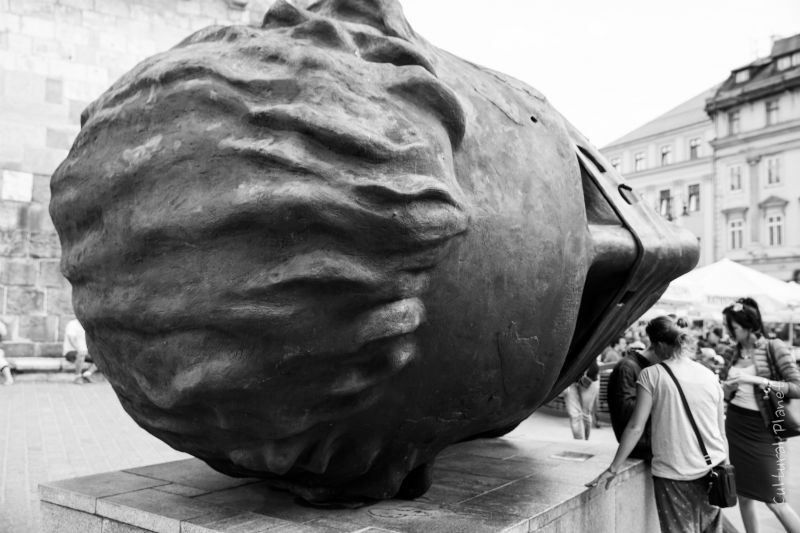 Escultura de la cabeza gigante de Igor Mitoray